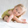 Mädchen fühlt sich wohl im Baby Kleid aus Pima Baumwolle