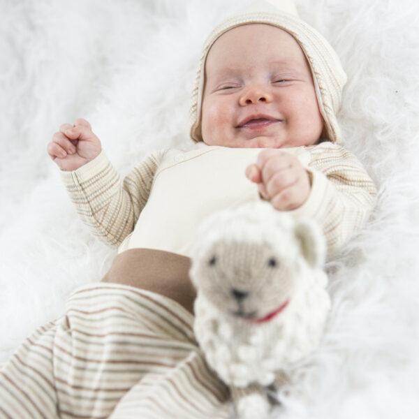 Chill n Feel - Baby-Mütze mit Ohrenschutz aus naturbelassener Biobaumwolle Beige Geringelt (6)