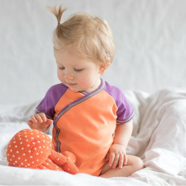 Chill n Feel - Nachhaltiges Babygeschenk Krebs und Wickelbody Orange Lila (5)