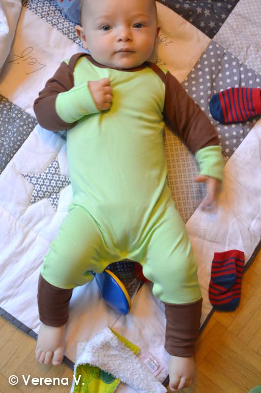 baby-schlafanzug-mit-kratzschutz-testphase-erfolgreich-bestanden-1