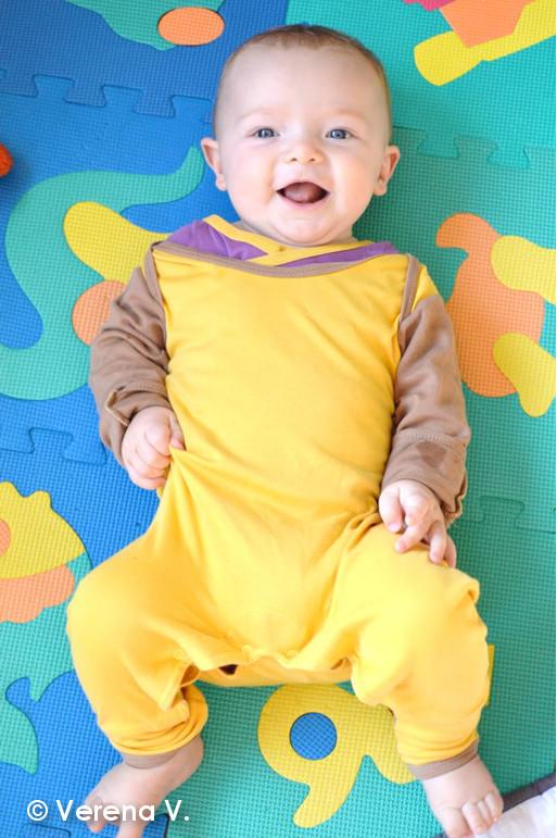 baby-schlafanzug-mit-kratzschutz-testphase-erfolgreich-bestanden-2