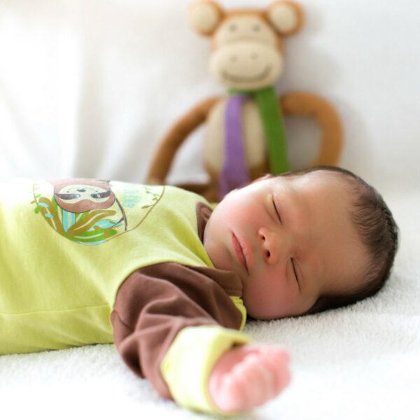 Faultier Baby Strampler für einen gesunden Babyschlaf