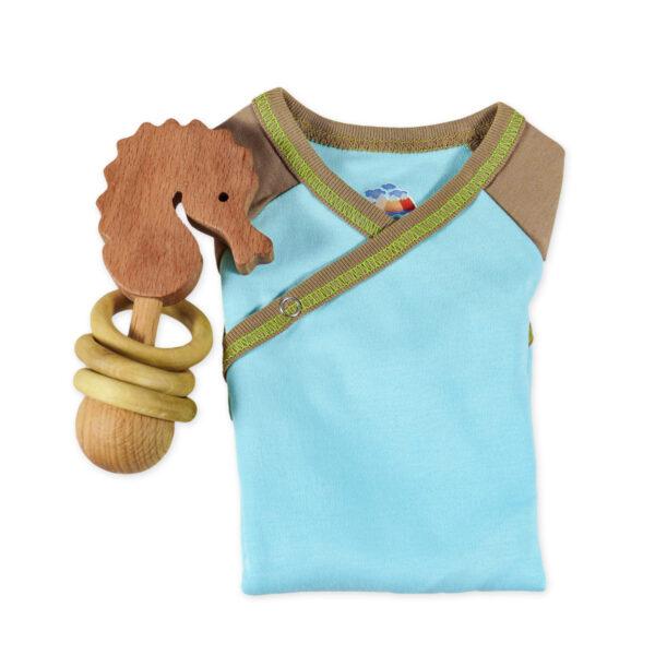 Chill n Feel - Baby-Geschenk Wickelbody Eisblau u. Holz-Rassel Seepferd (3)
