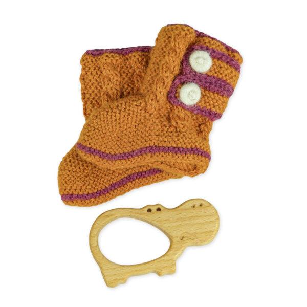 Chill n Feel - Babygeschenk Babyschuhe gestrickt und Holz-Greifling Nilpferd (1)
