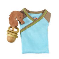 Chill n Feel - Babygeschenk für Jungen_Blauer Body u. Holz-Rassel Seepferd (3)