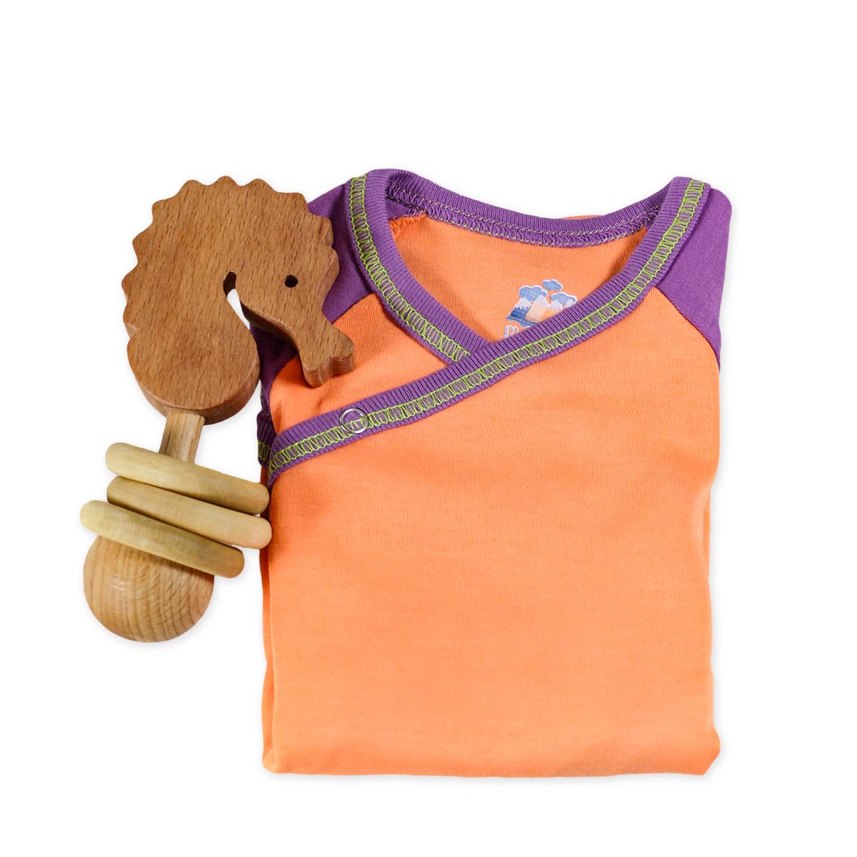 Chill n Feel - Babygeschenk für Mädchen_Body Orange u. Holz-Rassel Seepferd (1)