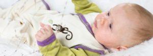 Kleines Baby eingehüllt in kühlende Baby Sommerkleidung