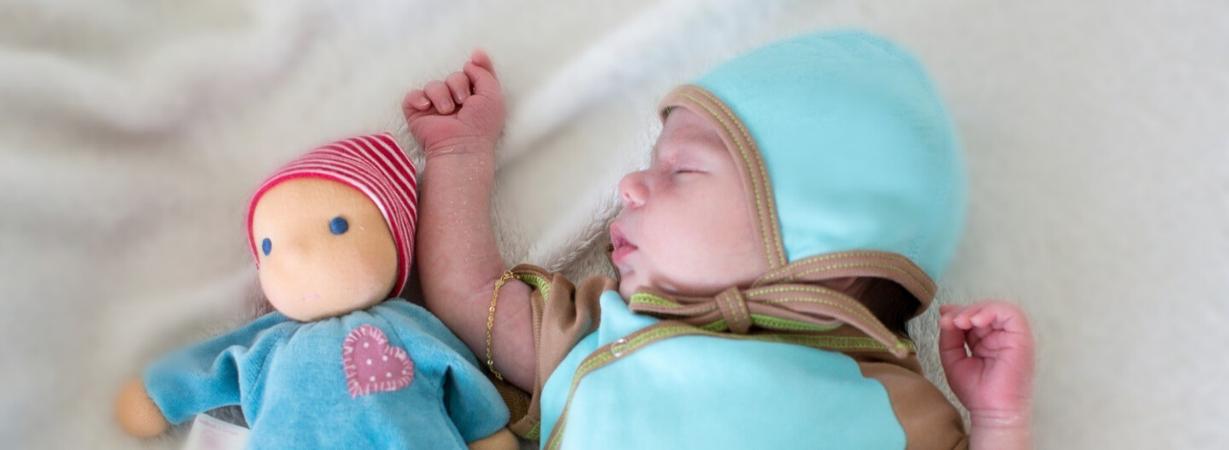 Eine Mütze für Neugeborene schenkt Geborgenheit