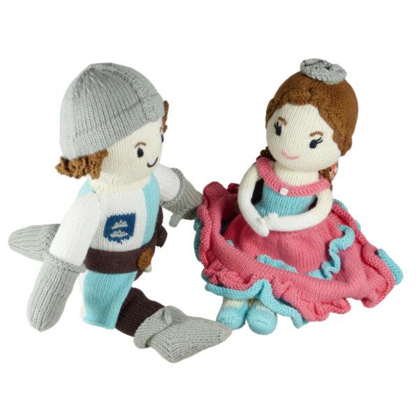 Das Bild zeigt zwei Stoffpuppen - Ritter und Prinzessin