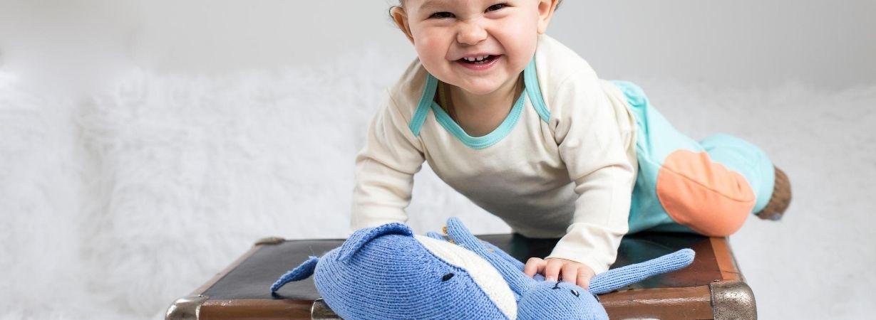Das Foto zeigt einen 2-jährigen Jungen mit Kuschel-Kraken