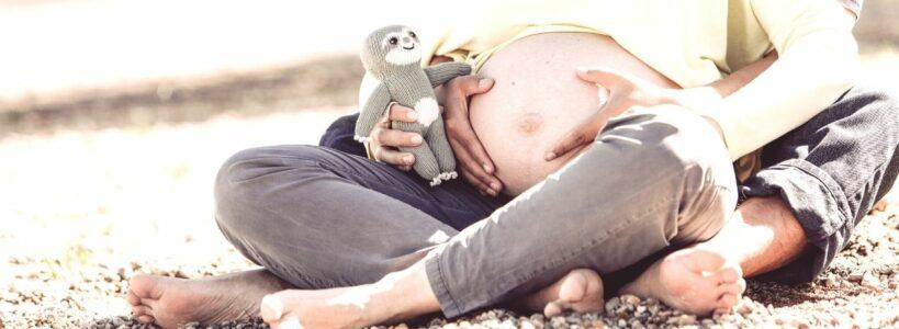 Babyparty Geschenke_Faultier Baby Chilly am Babybauch