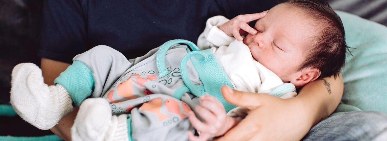 Tragen hilft wenn Baby Bauchweh hat